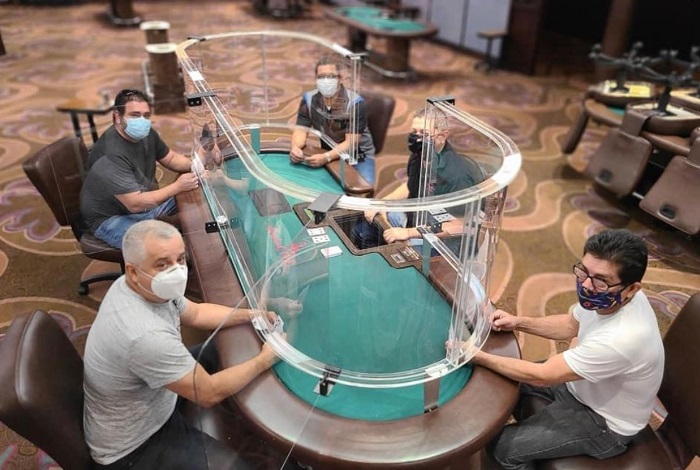 """В американском казино разработали """"социально-удаленный"""" покерный стол"""
