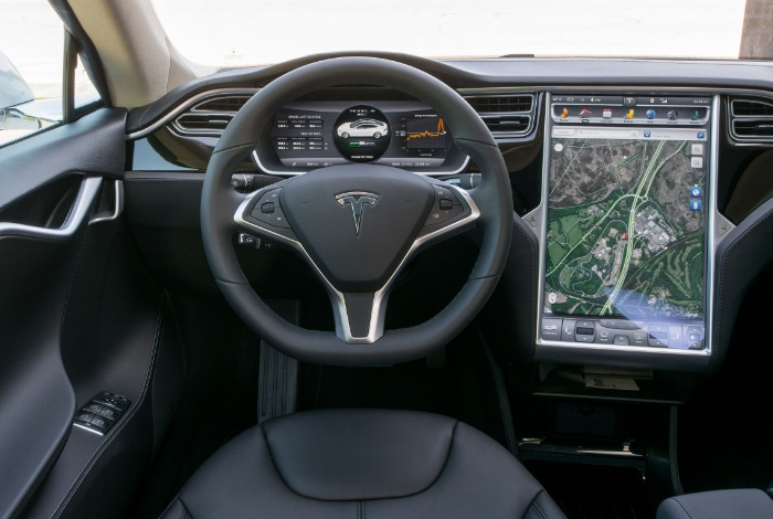 В электромобилях Tesla появятся покерные игры для китайских водителей